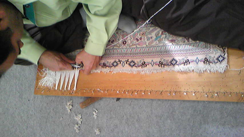 中国高段数絹絨毯の房取り替えをしました。