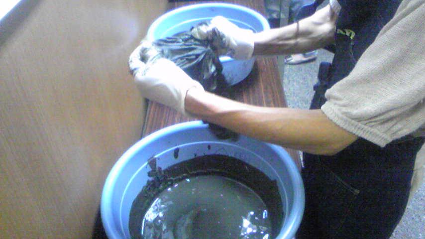 片山津温泉で泥染めしました。